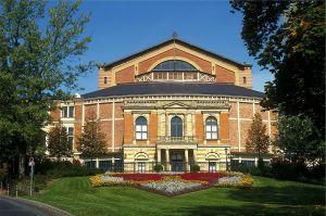 1200px-Wagner-Festspielhaus_Bayreuth1995